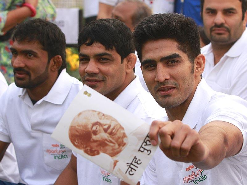 (R-L) Boxer Vijender Singh, wrestler Sushil Kumar and Yogeshwar Dutt during the Run for Unity flag-off on Sardar Patel's birth anniversary at Vijay Chowk in New Delhi. (Sanjeev Verma/HT Photo)