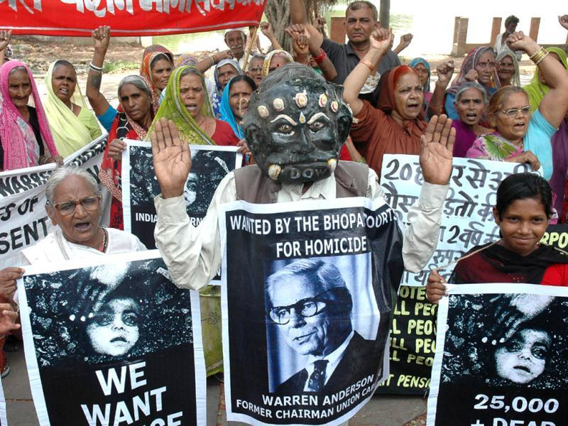 A file photo shows gas tragedy survivors demonstrating at Neelam Park in Bhopal to demand extradition of Warren Anderson. (HT photo)