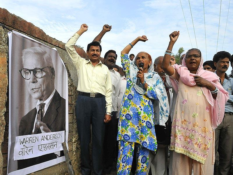 Bhopal gas tragedy victims raise slogans against Warren Anderson after his death. (Mujeeb Faruqui/HT photo)
