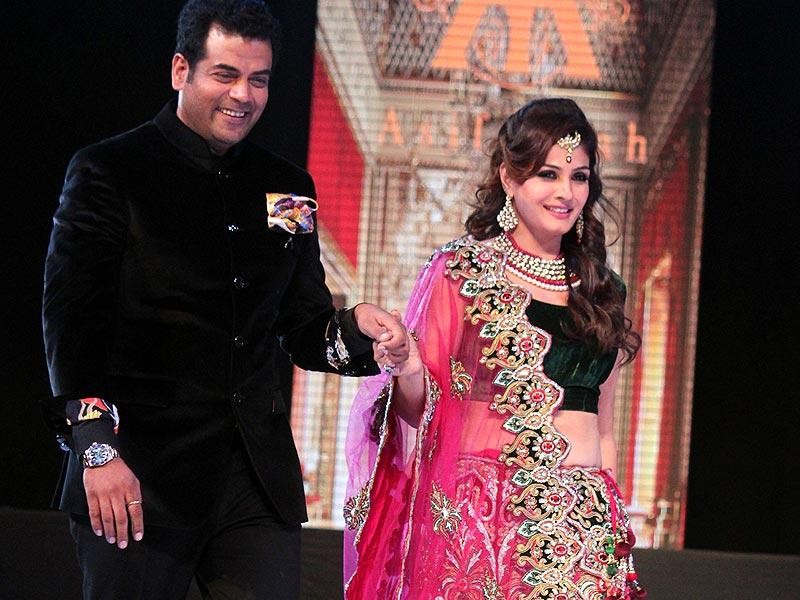 Bollywood actor Raveena Tandon walks the ramp with fashion designer Asif Shah at his annual fashion show in Indore on Friday. (Shankar Mourya/HT photo)