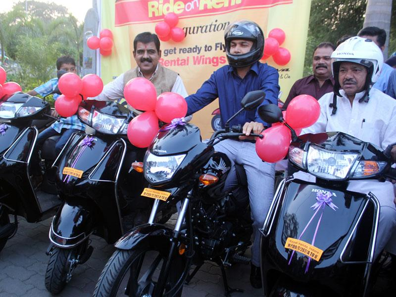 Mayor Krishnamurari Moghe, collector Akash Tripathi and IDA chairman Shankar Lalwani pose with new I-bikes which were launched in Indore on Saturday. (Shankar Mourya/HT photo)