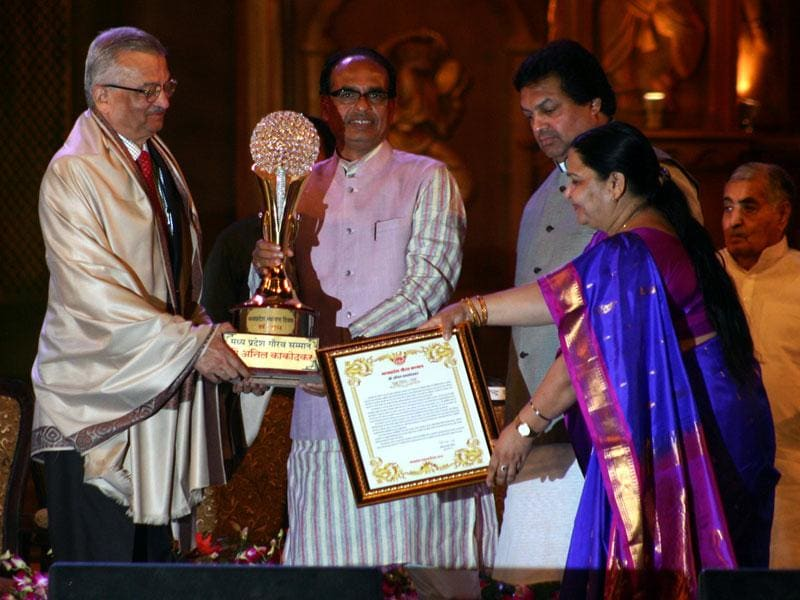Eminent scientist Anil Kakodkar (L) being felicitated during the 59th Foundation Day programme of Madhya Pradesh in Bhopal on Saturday. (HT photo)