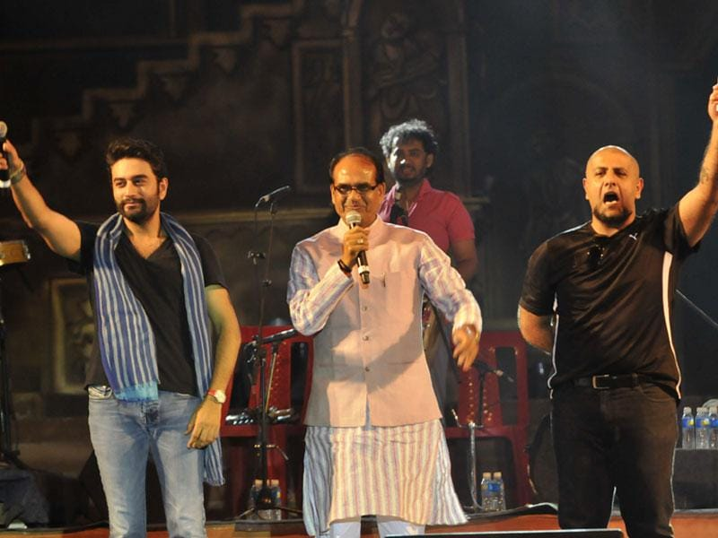 CM Shivraj Singh Chouhan joins musicians Vishal and Shekhar on stage to perform the famous song 'Lag ja gale' on the 59th Foundation Day of MP, in Bhopal. (Praveen Bajpai/HT photo)
