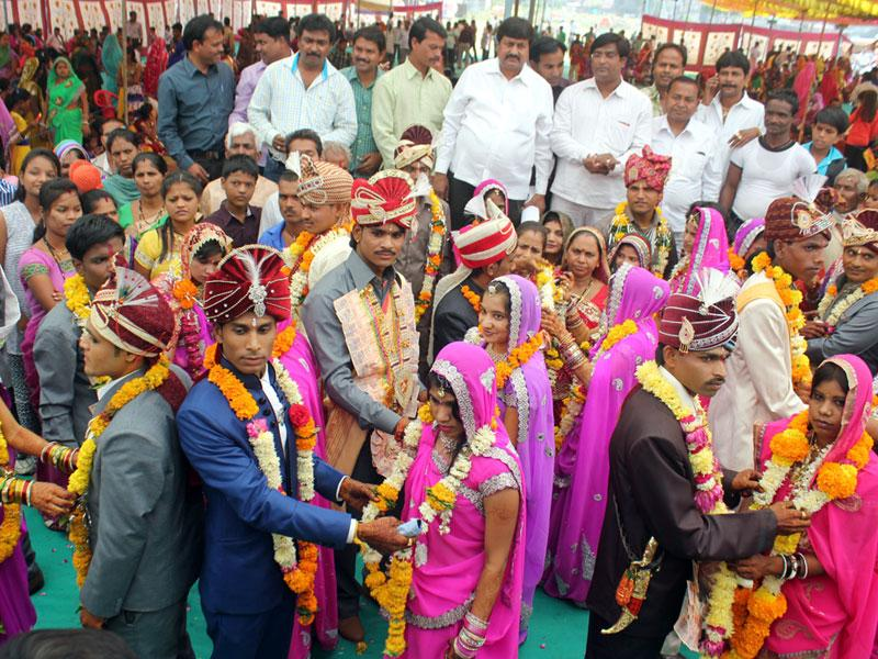 About 51 couples from Kori community entered wedlock at Nandigram in Indore on Monday on the occasion of Ekadashi. (Shankar Mourya/HT photo)