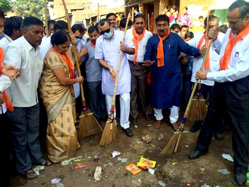 Actor-politician Paresh Rawal does his bit as a politician and as a responsible citizen. He tweeted: #SwachhBharatMission Education of social responsibility towards the society & nation. must be in school syllabus.