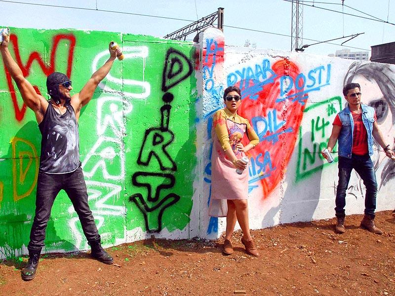 Ranveer Singh, Parineeti Chopra and Ali Zafar paint graffitis on wall in Mahim, Mumbai. The trio was present at Mahim for a promotional event for Kill Dil. (PTI Photo)