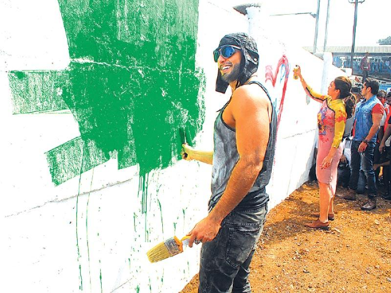 Ranveer Singh and Parineeti Chopra paints a wall in Mahim while promoting Kill Dil. (Photos: Prodip Guha)