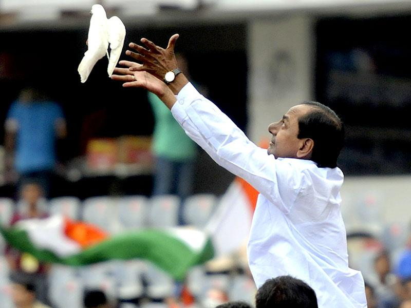 Telangana's first chief minister K Chandrashekar Rao releases a pigeon before the start of 3rd ODI between Indian and Sri Lanka to be played at Rajiv Gandhi International Stadium in Hyderabad. (Vipin Kumar/HT Photo)
