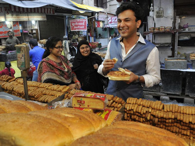 Master chef Vikas Khanna tastes a Bhopali sheermal at a bakery shop in Bhopal. He is in the city to promote his TV show Master Chef. (Mujeeb Faruqui/HT photo)