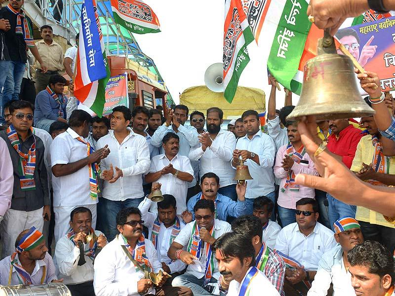 MNS workers protest against toll at Kharghar toll naka in Navi Mumbai. (Bachchan Kumar/HT photo)