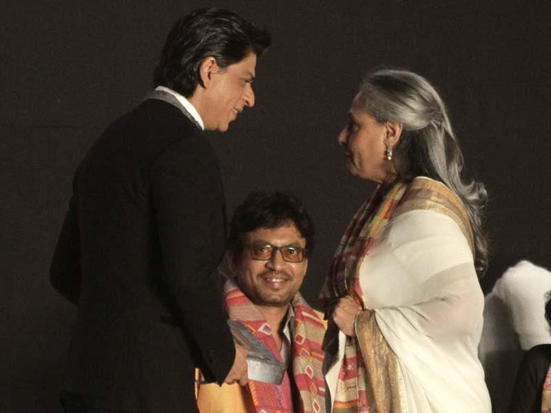 Shah Rukh Khan in talks with Jaya Bachchan as actor Imran Khan watches during the inauguration of the Kolkata International Film Festival. (Photo: AP)