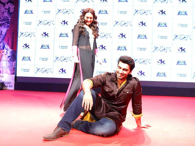 Sonakashi Sinha and Arjun Kapoor at the trailer launch of Tevar in Mumbai on 10 Nov. 2014. (Photo: IANS)