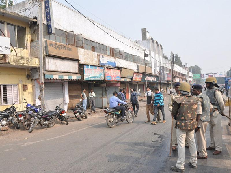 Cops kept vigil and shopkeepers pulled down shutters after some candidates of Army recruitment test went on rampage in Gwalior on Wednesday. (HT photo)