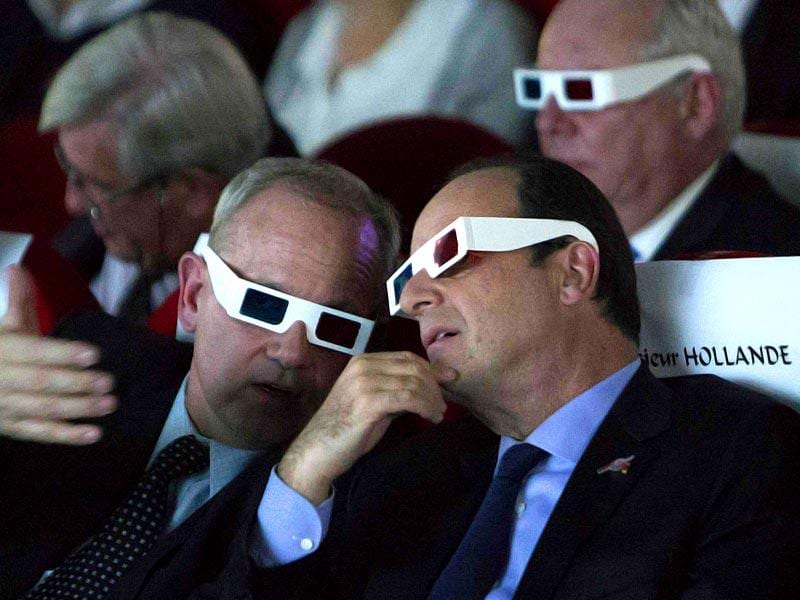 French National Centre for Space Studies (CNES) president Jean-Yves Le Gall (L) and French President Francois Hollande wear 3D glasses during a visit at the Cite des Sciences at La Villette in Paris as they follow the successful landing of the Philae lander. (Reuters/Jacques Brinon)