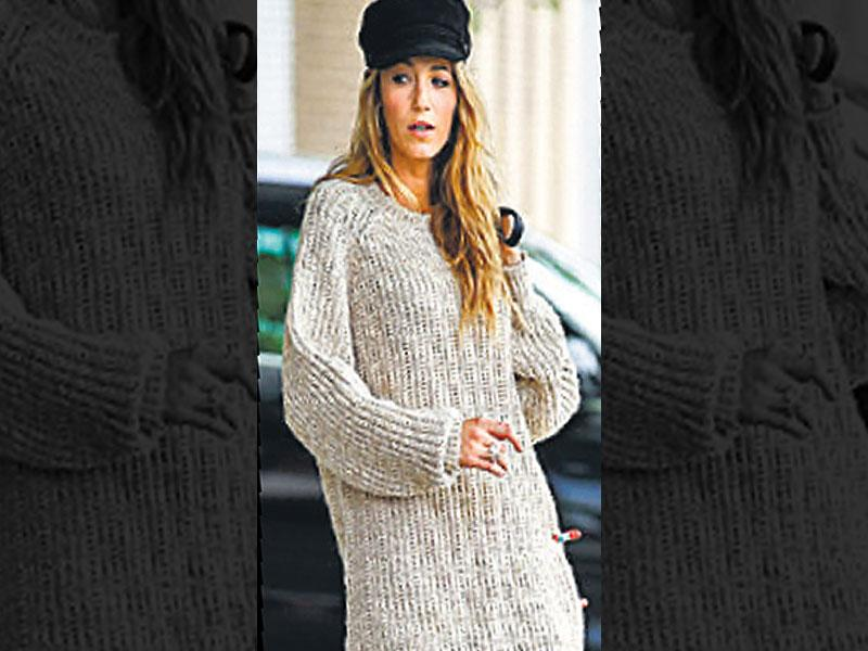 Slouchy style: Actor Blake Lively shows us how to balance out the volume when going for an oversized, boyfriend sweater. She pairs the relaxed cover-up with slim leggings, in a monochromatic palette. Perfect for a lazy lunch.