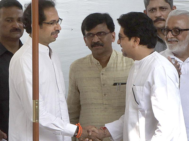 MNS chief Raj Thackeray meets his brother and Sena chief Uddhav Thackeray on Bal Thackeray's second death anniversary at Shivaji Park in Mumbai. (Kalpak Pathak/HT photo)