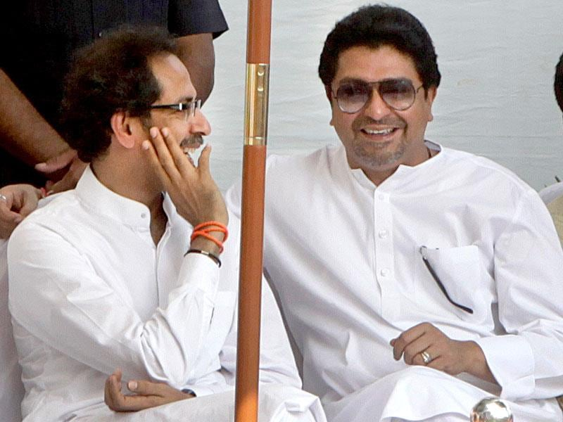 Shiv Sena chief Uddhav Thackeray and MNS chief Raj Thackeray on Bal Thackeray's second death anniversary at Shivaji Park in Mumbai. (Kalpak Pathak/HT photo)