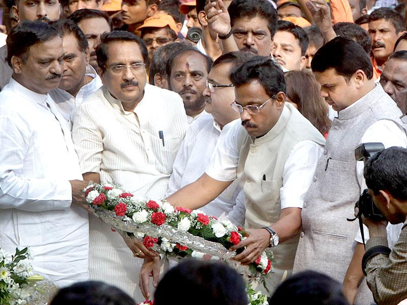Maharashtra CM Devendra Fadnavis and senior BJP leaders pay respect to Bal Thackeray at his memorial on his second death anniversary at Shivaji Park in Mumbai. (Kalpak Pathak/HT photo)