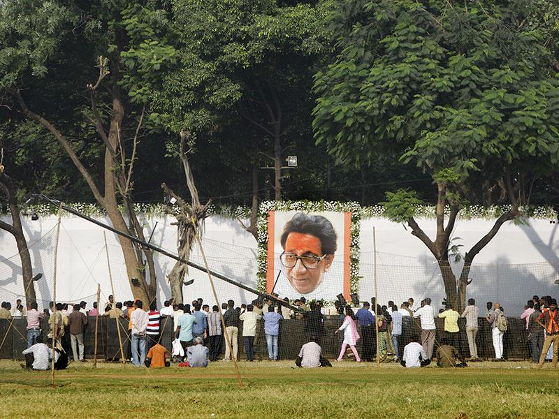 Thousands of Shiv Sainiks visited Bal Thackeray's memorial at Shivaji Park to pay their respects. (Kalpak Pathak/HT photo)