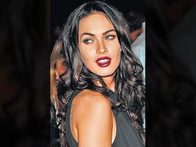 Actor Megan Fox aces the sultry plum look. With a pout like that, topped with the all-time hot shade, she plays up her eyes with a dash of kohl, and finishes off the look with mascara on both, top and bottom eyelashes.