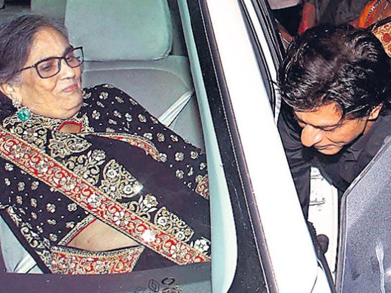 Shah Rukh was seen helping Salman's mother, Salma Khan, into the car as she was leaving after the event. (Yogen Shah/ HT Photo)