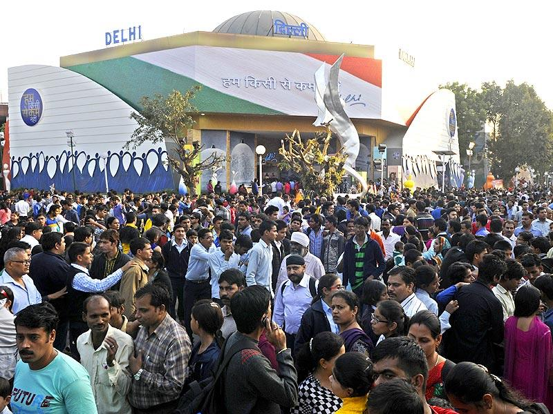 People throng the 34th India International Trade Fair 2014 at Pragati Maidan in New Delhi on Sunday. (Sonu Mehta/HT Photo)