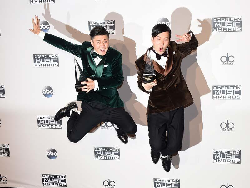Beijing-based Chopstick Brothers - Xiao Yang (L) and Wang Taili - pose in the press room at the 2014 American Music Awards at Nokia Theatre LA Live in Los Angeles, USA, November 23, 2014. (AFP)