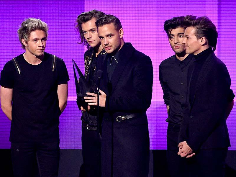 (L-R) Recording artists Niall Horan, Harry Styles, Liam Payne, Zayn Malik and Louis Tomlinson of One Direction accept the Artist of the Year award onstage at the 2014 American Music Awards at Nokia Theatre LA Live on November 23, 2014 in Los Angeles, USA. (AFP)