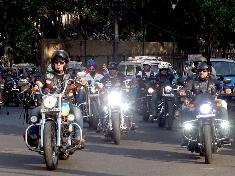 Around 30 bikers rode from Bandra to the Gateway of India to pay tributes to the 26/11 terror attacks' victims and heroes in Mumbai. (Kunal Patil/HT photo)