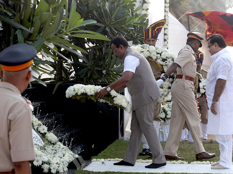 Maharashtra minister Vinod Tawde pays tribute at the memorial for the police and uniformed personnel who were killed in the 26/11 terror attacks at Marine Drive in Mumbai. (Kunal Patil/HT photo)