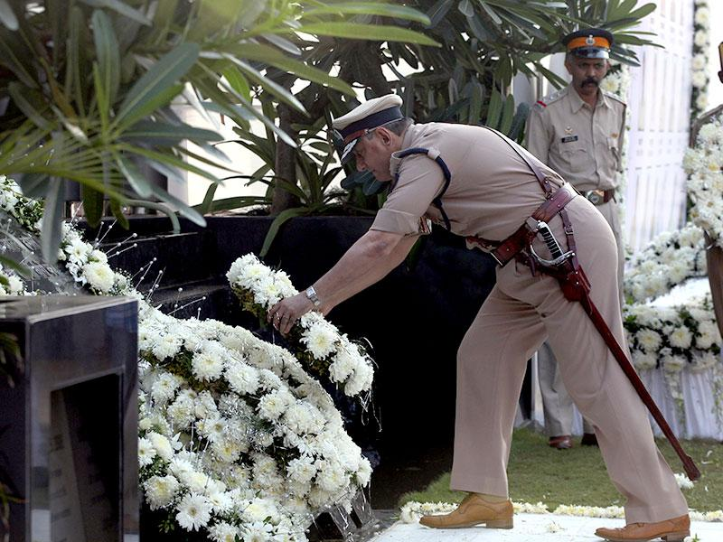 Rakesh Maria, Mumbai police commissioner, pays tribute at the memorial for the police and uniformed personnel who were killed in the 26/11 terror attacks at Marine Drive in Mumbai. (Kunal Patil/HT photo)