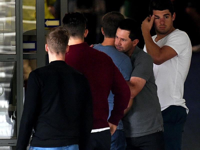Former Australian cricket captain Ricky Ponting (2/R) hugs fellow players outside St Vincent's Hospital following the death of fellow Australian batsman Phillip Hughes in Sydney. (AFP photo)