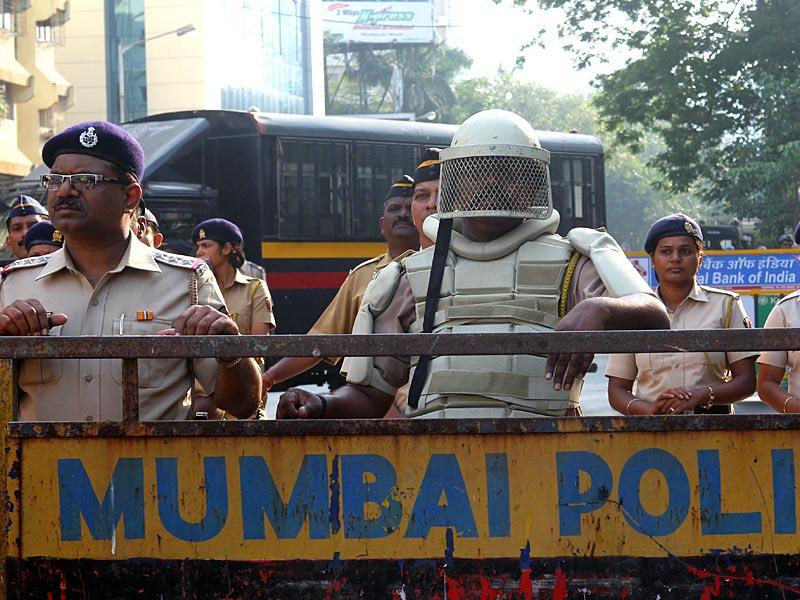 Mumbai police on guard as RPI supporters protested against the Dalit killings in Javkheda, in Mumbai. (Satish Bate/HT photo)