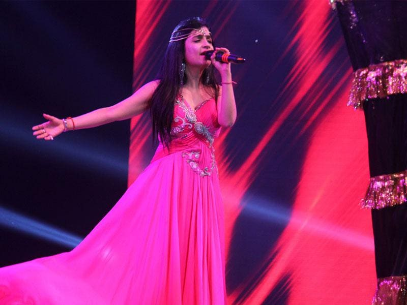 Singer Shibani Kashyap performs during the inauguration of a township in Indore on Friday. (Shankar Mourya/HT photo)