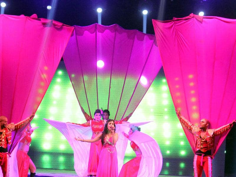 Singer Shibani Kashyap performs at a corporate event in Indore on Friday. (Shankar Mourya/HT photo)