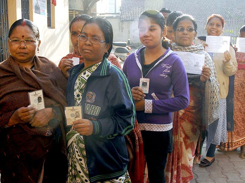 Voters stand in que during the second phase assembly election in Jamshedpur, Jharkhand. (Arvind Sharma/HT photo)