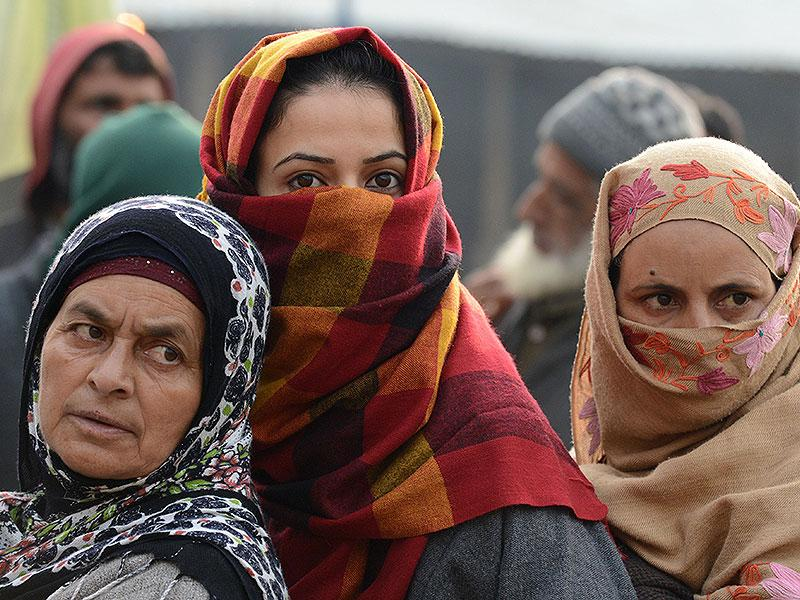 Kashmiri voters queue at a polling station in Handwara, about 70 kms north of capital Srinagar. (AFP photo)