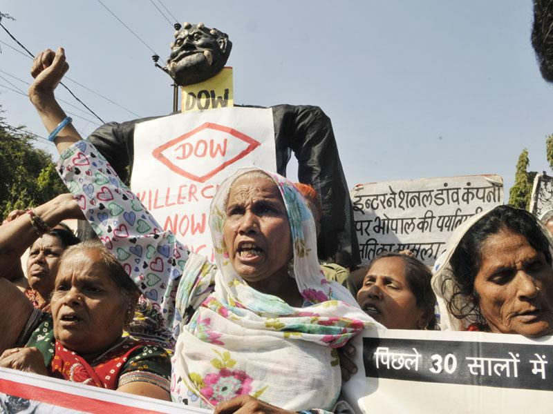 Bhopal Gas Peedit Nirashrit pensioners stage a demonstration before burning the effigy of Dow Chemical on the eve of the 30th anniversary of Bhopal gas tragedy. (Praveen Bajpai/HT photo)