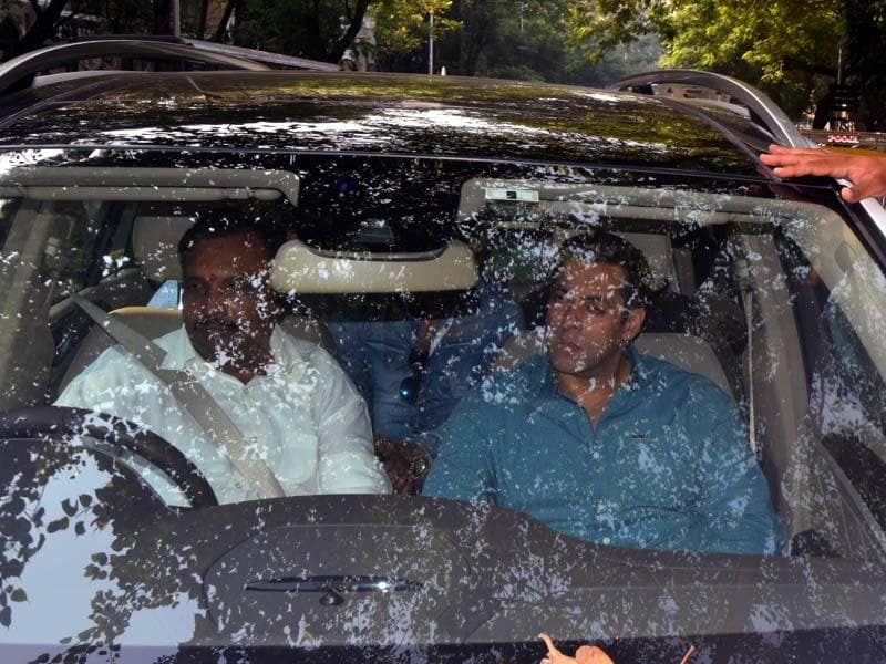 Actor Salman Khan arrives to appaear before a Mumbai Court in connection with the 2002 hit-and-run case in Mumbai. (HT photo)