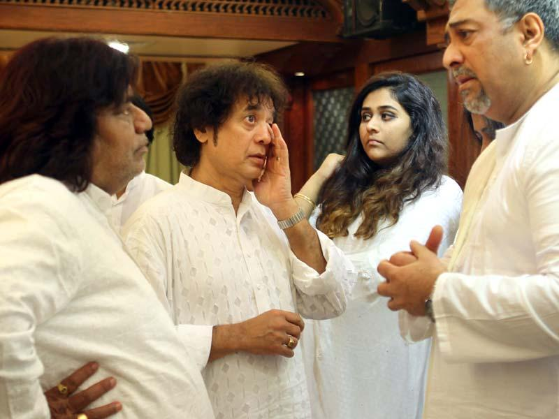 Tabla maestro Zakir Hussain with his family at a prayer meeting of eminent classical Kathak dancer Sitara Devi at Juhu in Mumbai. (Satish Bate/HT Photo)