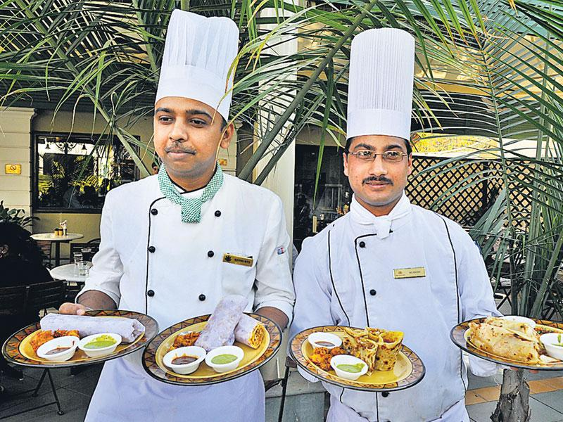 Chefs showcase different kinds of rolls at a food festival at Hotel Jehan Numa Palace in Bhopal on Friday. (Mujeeb Faruqui/ HT photo)