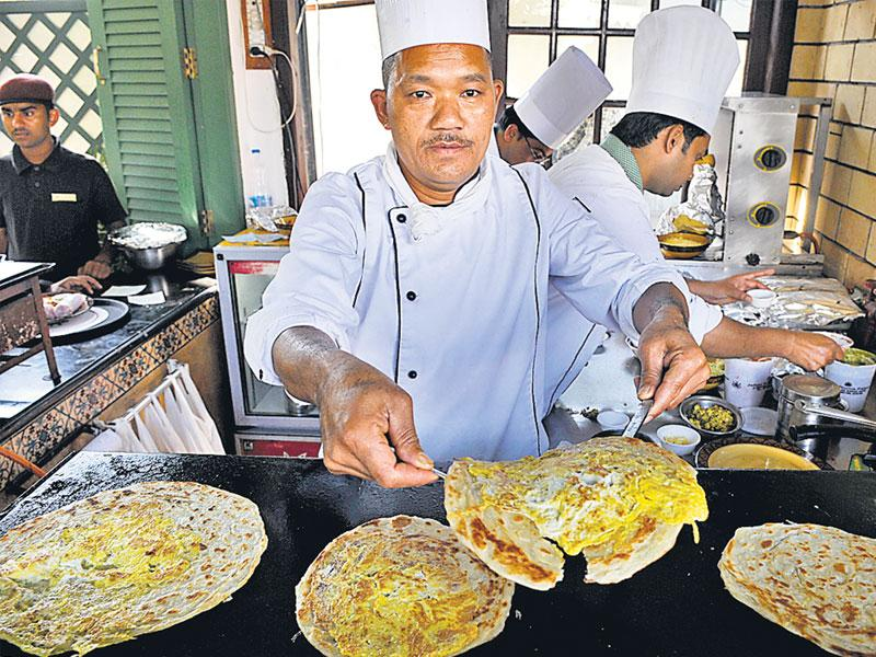 A chef prepares Kathi rolls at the ongoing Kathi Roll festival at Hotel Jehan Numa Palace in Bhopal on Friday. (Mujeeb Faruqui/ HT photo)