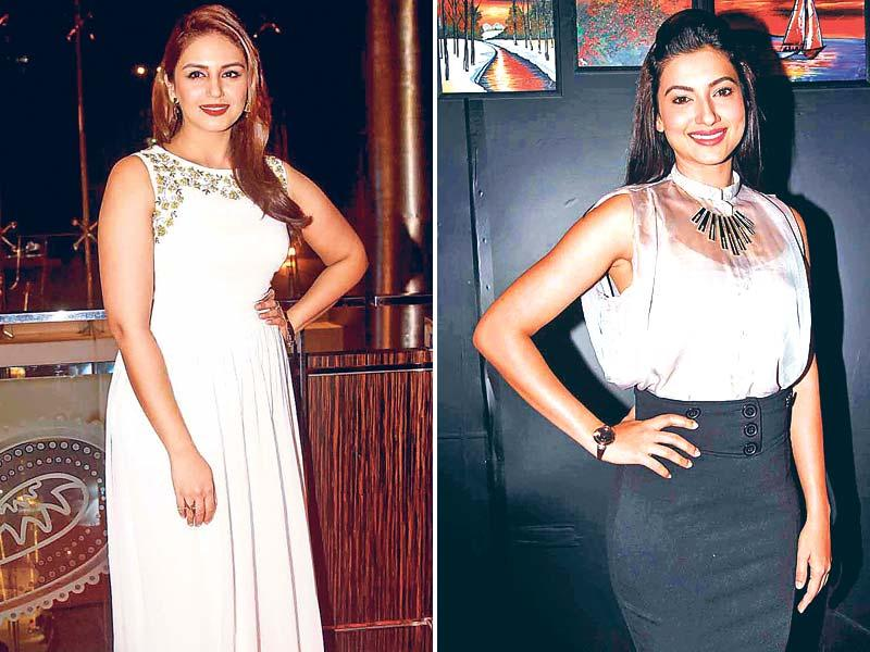 Bollywood divas upped the glamour quotient at this art exhibition in Mumbai over the weekend. Seen at the event were actor Huma Qureshi and Gauahar Khan. (HT Photo)