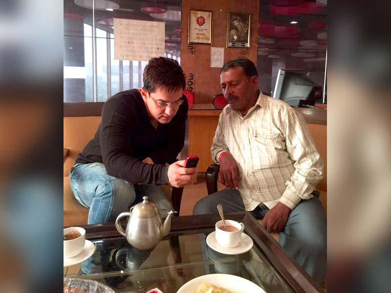 Aamir Khan with Ram Lakhan, the auto driver who drove him around Varanasi during 3 idiots promotions. Aamir visited Varanasi for promotions of his next PK that hits theatres on December 19. (Photo: PKTheFilm/Facebook)