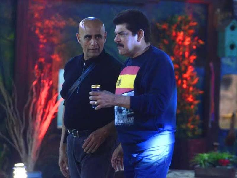 Mahabharat co-stars Pankaj Dheer and Puneet Issar in a grave discussion. What is it? Is Pankaj advising Puneet on anger management?