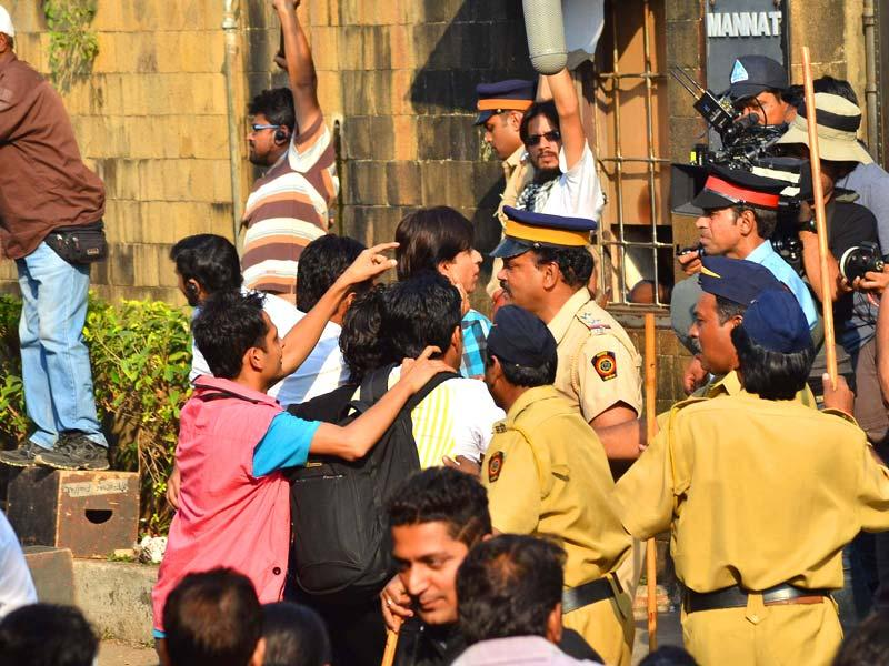 SRK shoots outside Mannat. (Photo: Viral Bhayani)