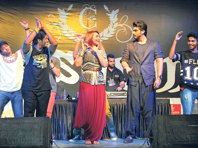 Sonakshi Sinha and Arjun Kapoor danced with the students of Mithibai College at an event. (Photos: Prodip Guha)