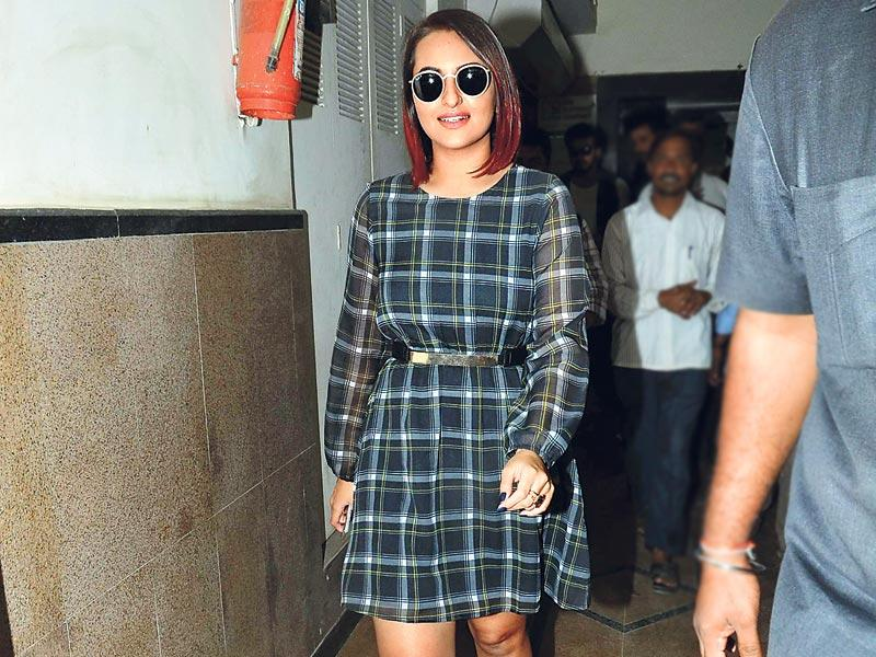 Bollywood actor Sonakshi Sinha was spotted taking a stroll on Mumbai streets. (HT Photo)