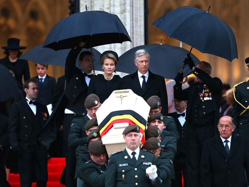 Belgium's King Philippe and Queen Mathilde look at the coffin of Queen Fabiola, on the stairs of the St-Gudule Cathedral in Brussels. (AP Photo/Francois Lenoir, Pool)