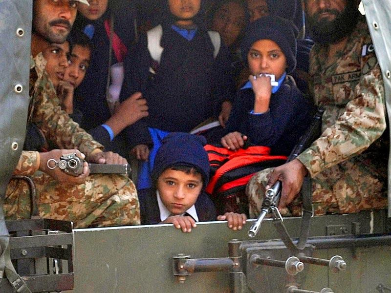 Pakistani soldiers transport rescued school children from the Army Public School in Peshawar, Pakistan. (AFP Photo)